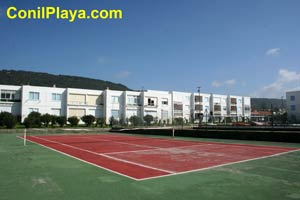 Apartamento con pista de tenis