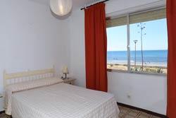 3 dormitorios,6 personas. Alquiler apartamento en los Caños de Meca, urbanización privada, con piscina, a pie de playa. El apartamento en Los Caños es muy luminoso y tranquilo, tiene magníficas vistas a la playa y al Cabo de Trafalgar. Consta de 3 habitaciones.