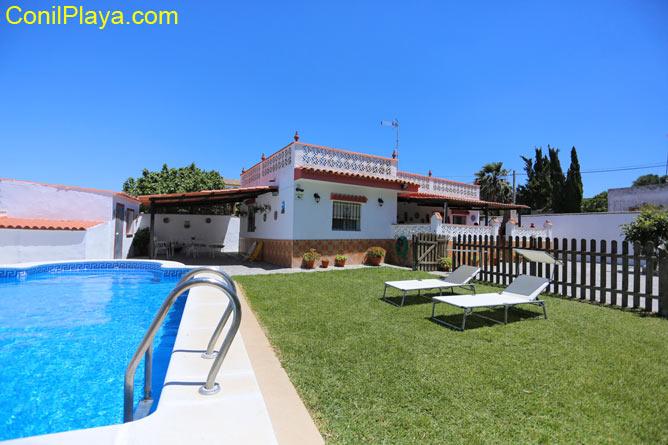 La casa tiene piscina y un amplio jardín con césped