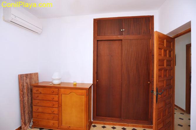 Armario empotrado y aire acondicionado del dormitorio principal.