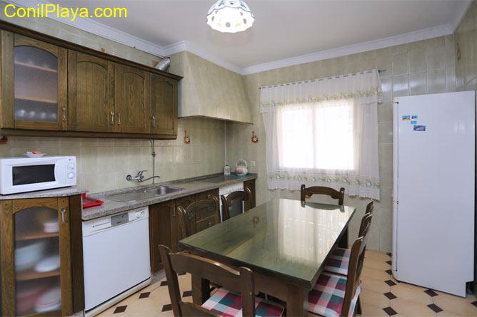 Cocina completamente equipada con mesa y sillas.