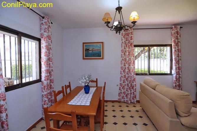 Mesa comedor situada en el salón.