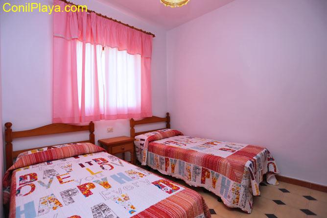Tercer dormitorio con armario empotrado.