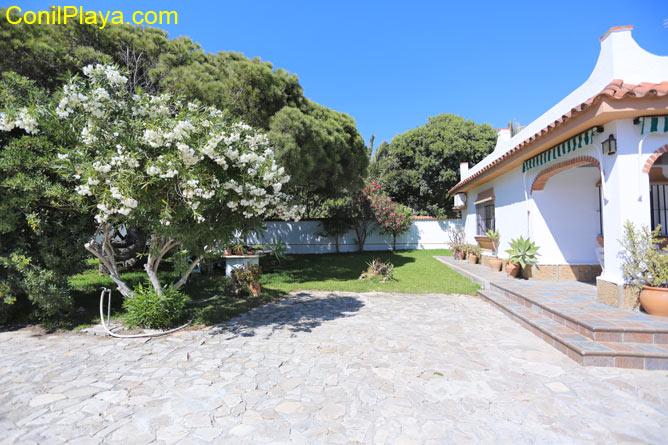 El jardín y el porche del chalet.