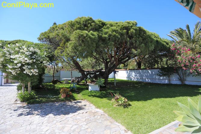 Jardín con mesa y sillas del chalet muy cerca de la playa de La Barrosa, en Chiclana.