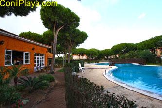 El bar restaurante se encuentra junto a la piscina.