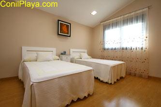 dormitorio con 2 camas individuales de 1.50 metros.