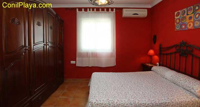 armario de madera en dormitorio principal