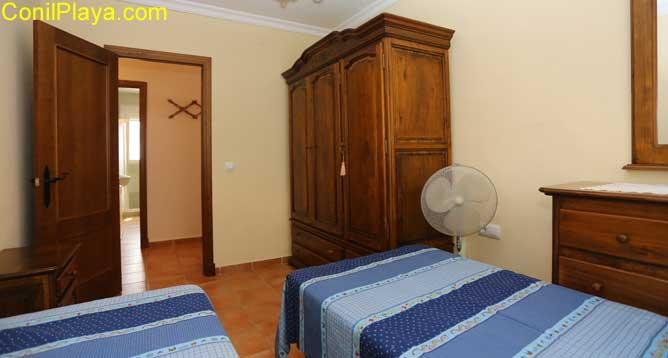 armario de madera en dormitorio