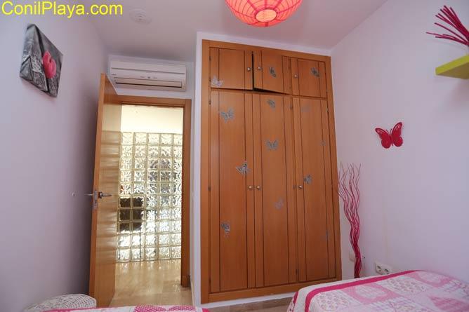 amario amplio del dormitorio con literas y ventilador de techo