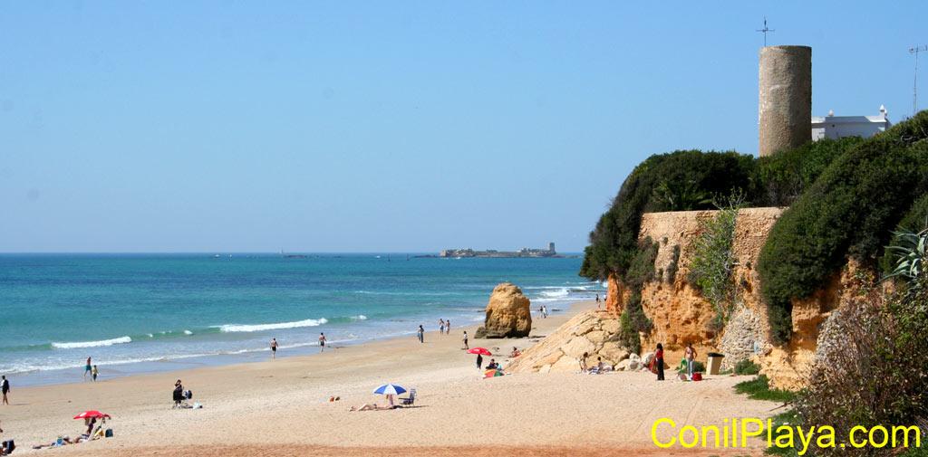 Playa de la Barrosa y castillo de Sancti Petri al fondo