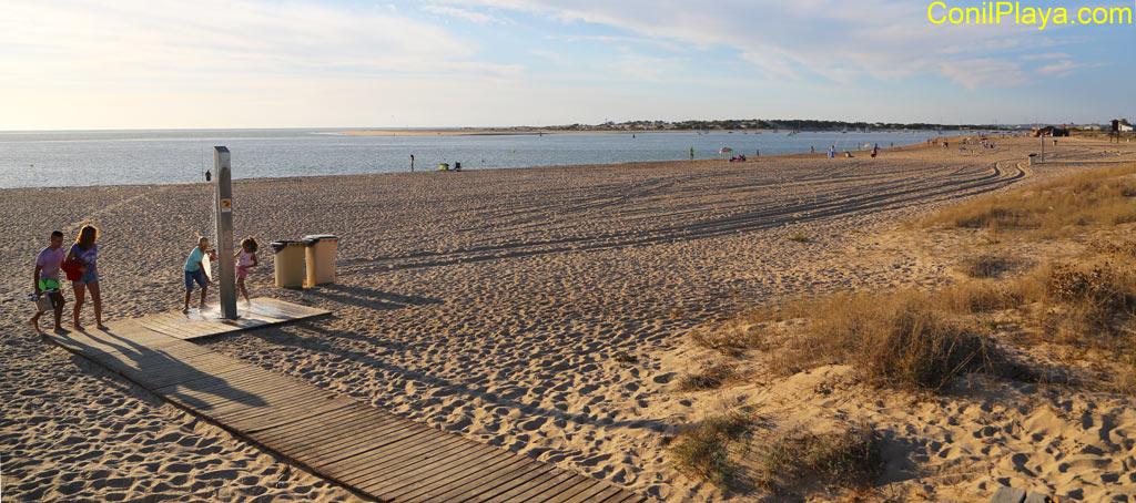 Playa de Sancti Petri u al fondo, el caño de Sancti Petri