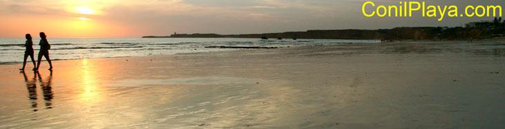 Paseando por la playa de la Fuente del Gallo al atardecer.
