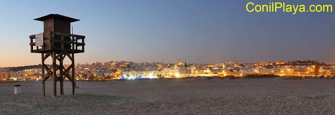 Conil de noche desde la playa