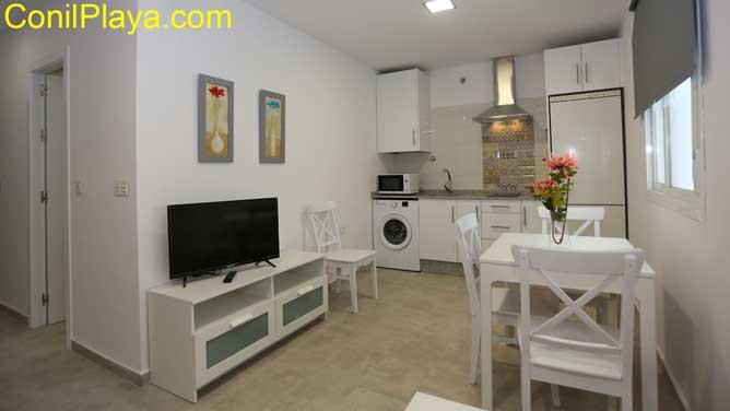 salon con television y mesa comedor