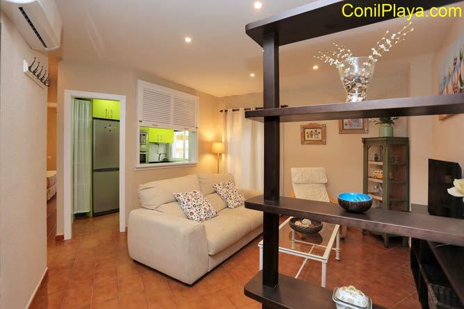 salón del apartamento con sofá y television