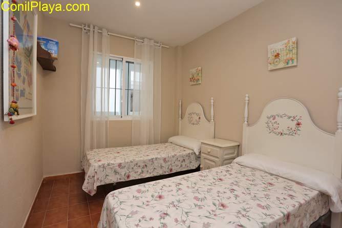 El segundo dormitorio tiene 2 camas individuales.