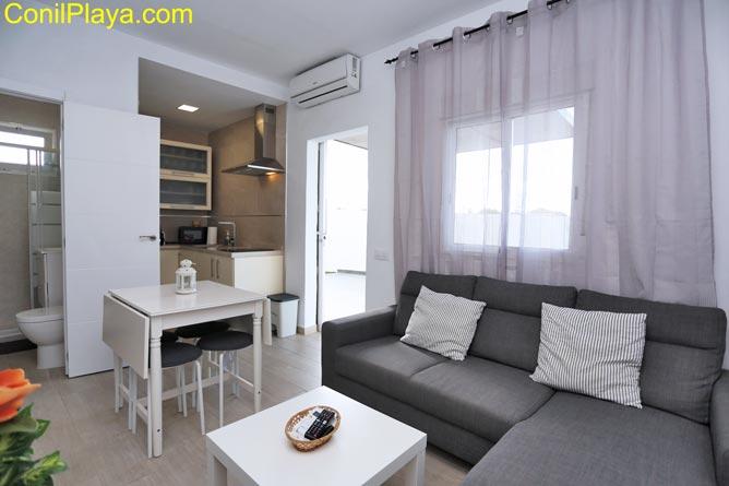 apartamento con sofá, mesa comedor y televisión