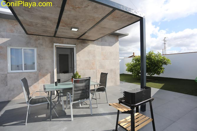 terraza con mesa y barbacoa