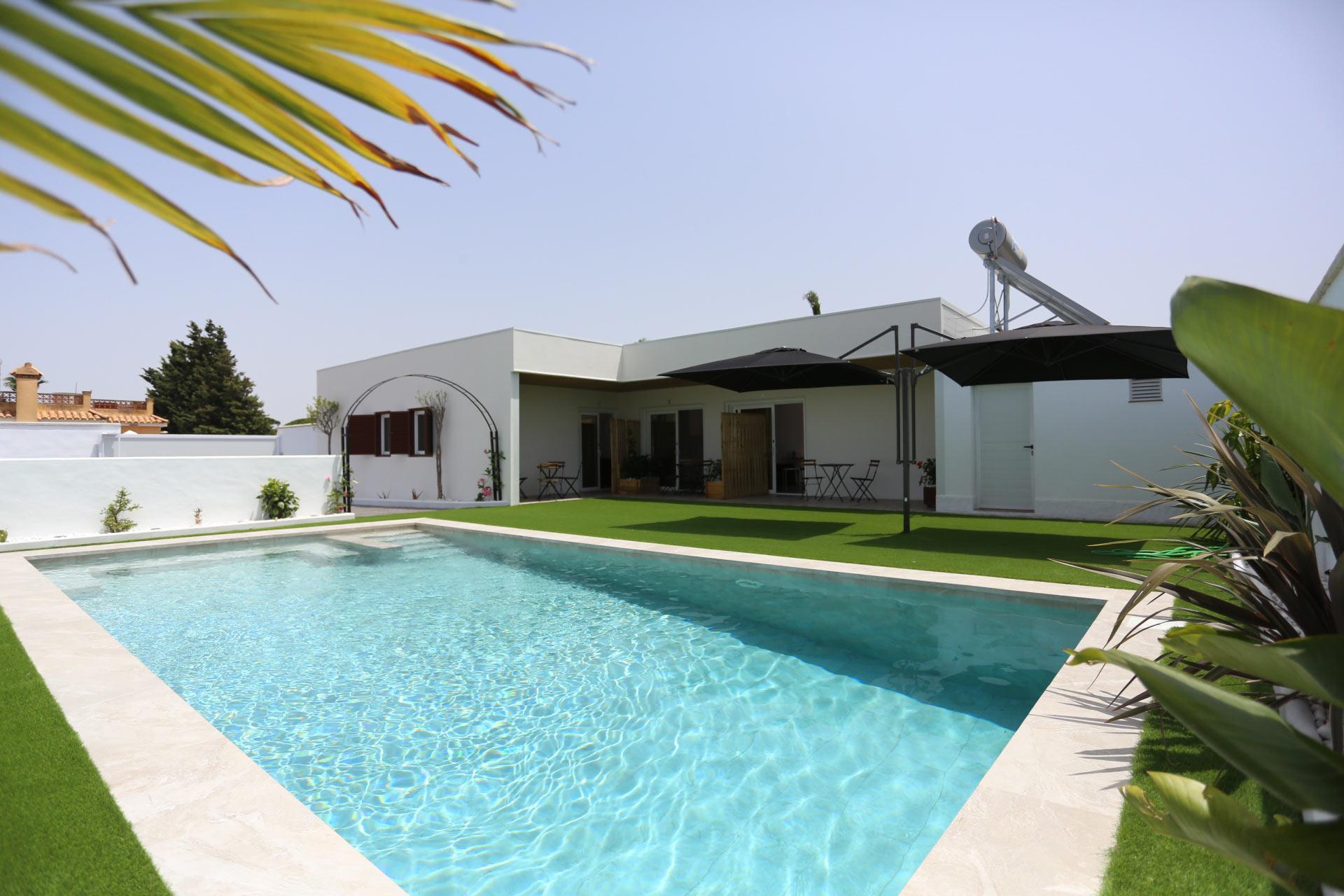 2 dormitorios,4 personas. La Mar Salá, estupendos apartamentos en Conil con piscina cerca de la playa de la Cala del Aceite. Con aparcamiento privado, patio privado con barbacoa, ducha y solarium. Apartamento 1 para 4 a 10 personas.