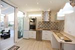 Apartamentos en Conil de estilo ibicenco con piscina. Dos dormitorios, aire acondicionado, jardín privado con césped.