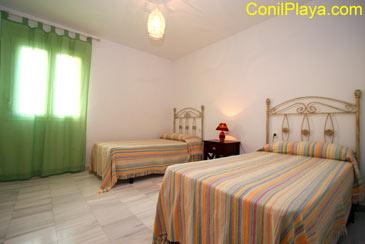 Dormitorio con 2 camas individuales muy amplio.