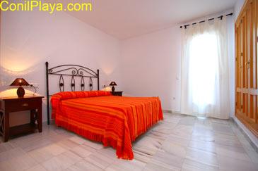 Dormitorio principal con armario empotrado muy amplio.