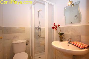 Cuarto de baño situado en la planta baja del apartamento.