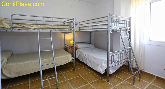 Dormitorio de dos camas literas