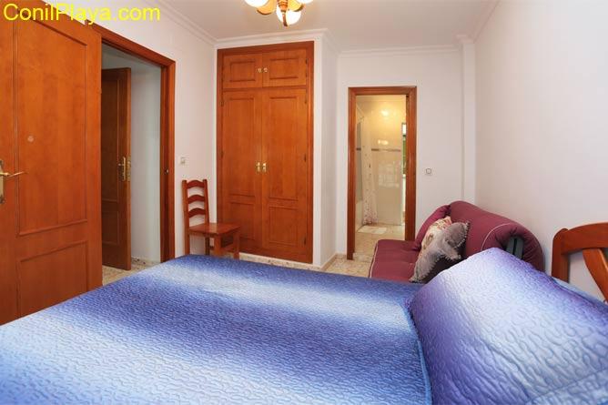 Cuenta con armario empotrado y una cama adicional para una persona.