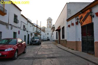 La calle Ancha, al fondo la torre de la Iglesia Santa Catalina.