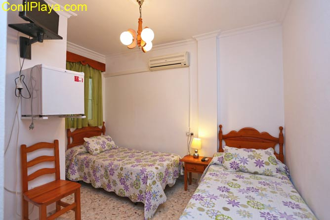 Habitación con 2 camas y aire acondicionado.