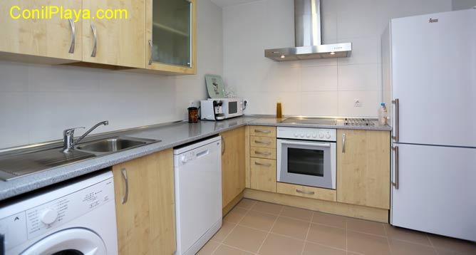 La cocina cuenta con una pequeña mesa comedor.