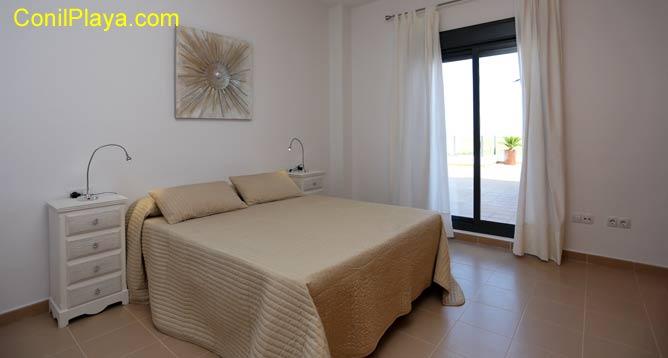El dormitorio principal es muy ancho y dispone de cuarto de baño.