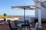 2 dormitorios,4 personas. Apartamento de calidad en excelente zona de Conil con piscina. Excelente terraza con vistas al mar y al Palmar. De nueva construcción ideal para familias.