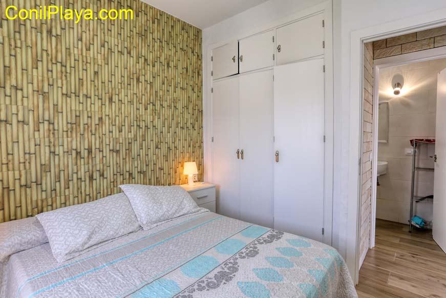 dormitorio con armario y camas literas