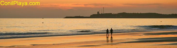 Paseo romántico por la playa de Conil al atardecer