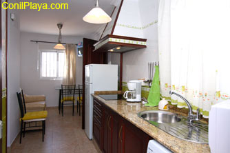 Vista de la cocina y al fondo está el salón comedor.