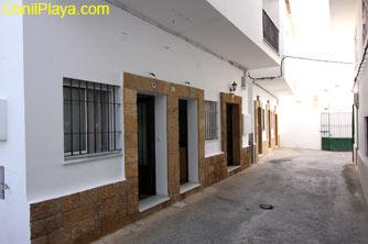 Fachada y puertas de entrada independientes. La calle es peatonal.