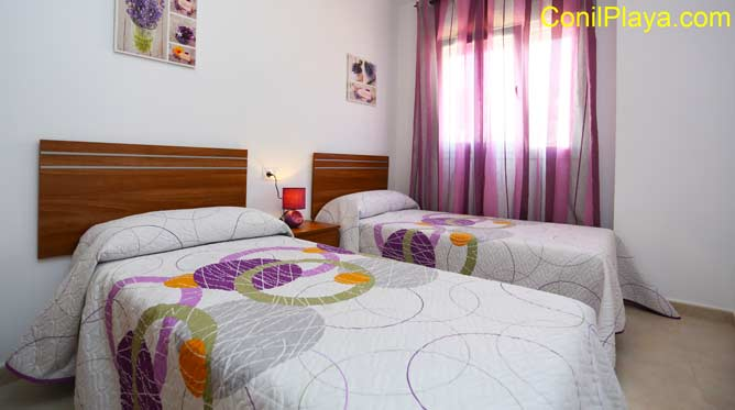 Dormitorio con dos camas. El armario se encuentra en el pasillo de la casa.
