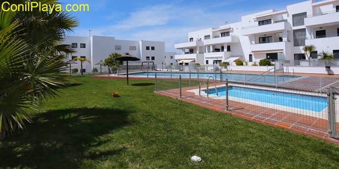 Vista general del jardin y de la piscina.