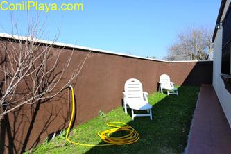 jardín con 2 tumbonas