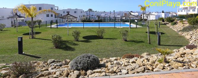 jardín y piscina de la urbanización
