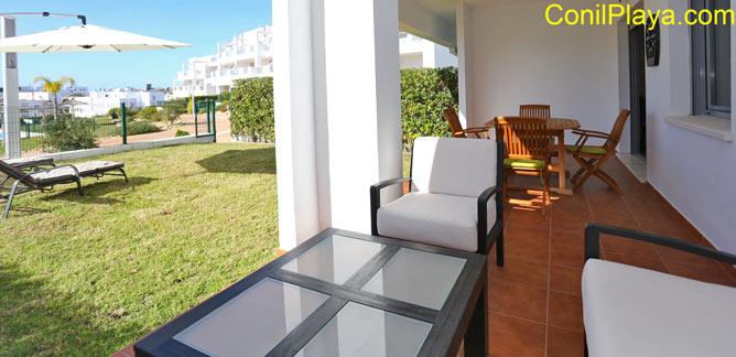 porche con mesa y sillones