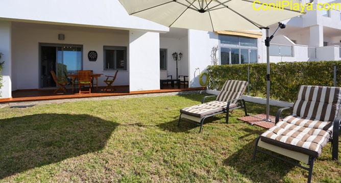 tumbonas y al fondo el porche