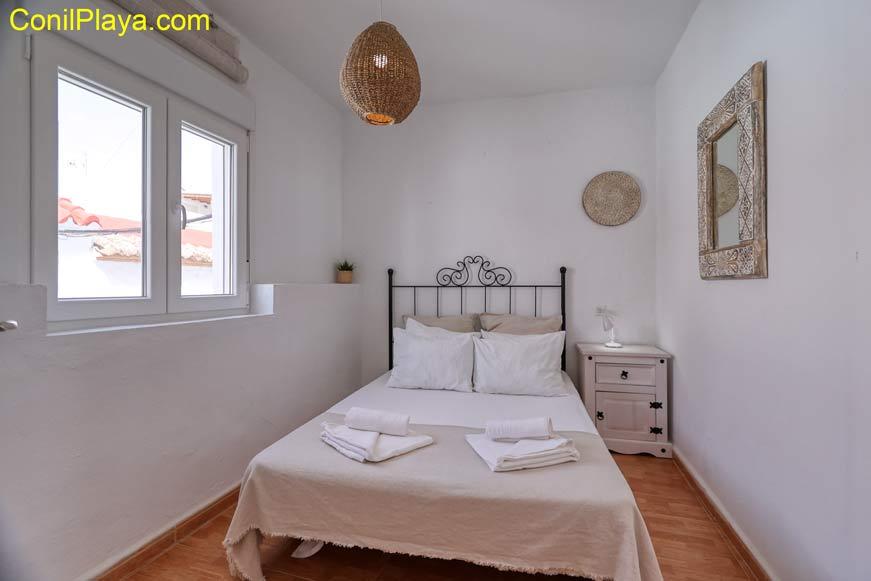 Dormitorio de dos camas individuales y armario empotrado.
