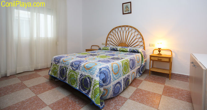 Dormitorio principal con cama de matrimonio.