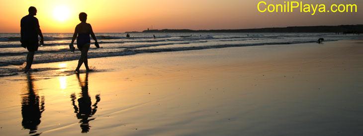 Paseando por la playa de la Fontanilla al atardecer.