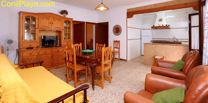 Vista del salón y parte de la cocina.