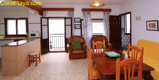 El salón tiene balcón y tres ventanas al exterior.